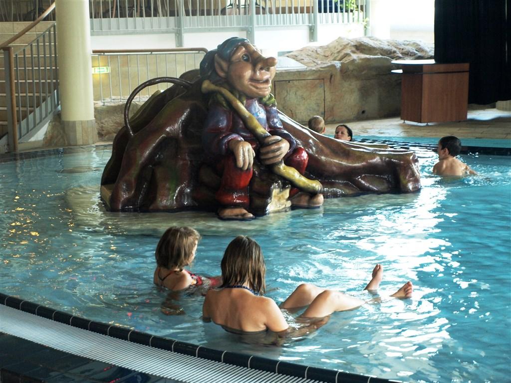 termální lázně - Termální lázně Laa - skluzavky v bazénu pro děti